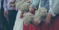 Vor der Hochzeit fragen sich viele Gäste: Was ziehe ich bloß zur Hochzeit an? Wir haben praktische Tipps rund um die Kleiderordnung für Hochzeitsgäste.