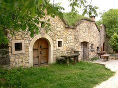 Akár a hétvégén sétálnánk egy nagyot a zöldben, akár hétköznap csípnénk le egy hosszabb ebédszünetet – sétálni úgy jó, hogy nem kell tömegeket kerülge... Country Style Homes, Budapest Hungary, Travel Goals, Places To See, Beautiful Places, Cottage, Tours, Patio, Mansions