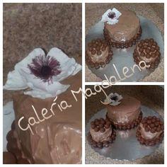 Bizcocho de chocolate, frosteado con crema batida de chocolate.. Detalles en chocolate ( whoppers ) facilito y rapidito...