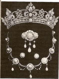 """parure comprendente la """"Rundell tiara"""" , creata dal gioielliere omonimo per le nozze di Queen Alexandra, nel 1863, successivamente modificata"""