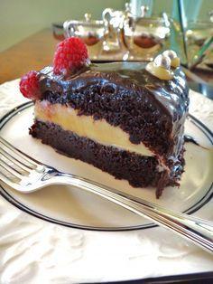 Bolo úmido de chocolate com recheio de brigadeiro branco, e cobertura de…