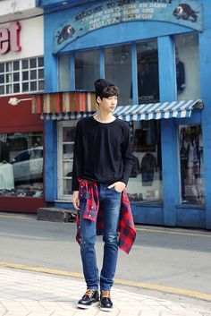 Relaxed and effortless Korean guys' fashion - nothing fancy here, still he wears it well! -Lily