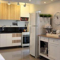 Uma cozinha cheia de detalhes preciosos em cerâmica.  Mobiliário neutro em branco e amadeirado. Detalhe para os vasos na geladeira. Projeto Cris Paola. Arte em cerâmica – Rosi Belar. Foto @hamiltonpenna  #studiocrispaola #cozinha #ceramica