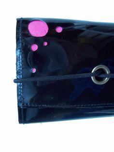 Billetera con calado y cierre elástico
