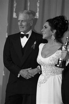 Paul Newman and Elizabeth Taylor backstage at the Academy Awards in 1992 Elizabeth Taylor, Vintage Hollywood, Classic Hollywood, Most Beautiful Women, Beautiful People, Paul Newman Joanne Woodward, Classic Movie Stars, Oscar Winners, Oscars