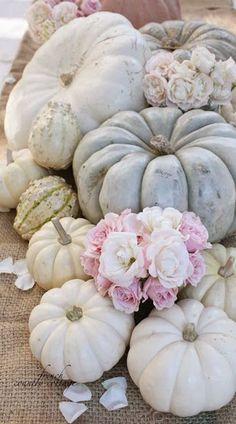 Decoración nórdica con calabazas blancas • Foto: Autumn Centerpiece with light pumpkins, via French Country Cottage