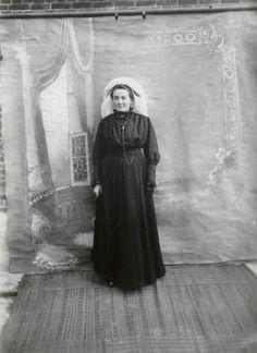 Vrouw in streekdracht uit Waalre. Ze is gekleed in zondagse dracht. Over haar muts draagt ze een 'poffer'. ca 1910 #NoordBrabant #Kempen