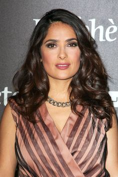 Chocolate hair color – trend that does not go out of fashion - Mode et Beaute Medium Dark Hair, Medium Brown Hair Color, Brown Hair Colors, Salma Hayek Hair, Salma Hayek Style, Hair Color Trend, Cool Hair Color, Salma Ayek, Up Dos
