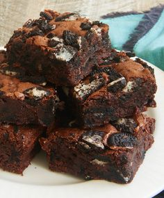 Rich, fudgy brownies and everyone's favorite chocolate sandwich cookie combine for these amazingly delicious Fudgy Cookies and Cream Brownies! - Bake or Break