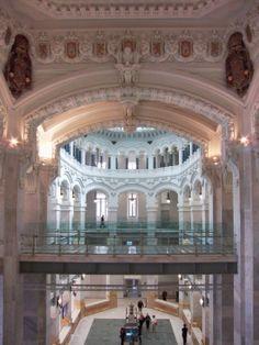 Detalle de ornamental interior y pasillo-puente de la quinta planta. Palacio Cibeles