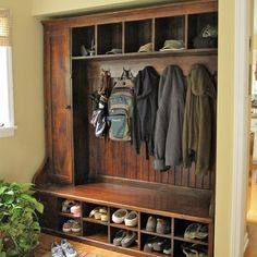 Hall Tree Bench Ideen für den Eingangsbereich und Mudroom - Home Page Cubbies, Built Ins, Home Organization, Mudroom Organizer, Barn Wood, Home Projects, Home Remodeling, Kitchen Remodeling, Home Improvement