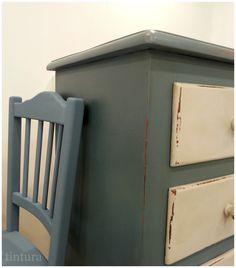 Cómoda y silla pintadas en Tintura. El mismo Autentico Vintage Chalk Paint Azul Profundo con distintas ceras Autentico aplicadas, Light Brown Wax y Clear Wax, respectivamente. http://www.tintura.es/categoria-producto/pinturas-vintage/  #PinturaDecorativa #Tintura #AutenticoChalkPaint