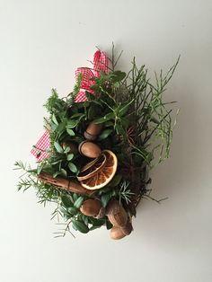 Vanhan raastinraudan päälle tehty koriste. Puolukanvarpuja, liekoa, kaneli, appelsiini, tähtianis ja tammenterhot