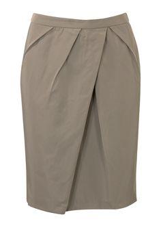 Grijs/beigerok. Het is een aansluitend model gemaakt van soepele stof. De rok is verrijkt met plooitjes op het voorpand en heeft een splitje aan de achterkant. Het model is gevoerd en sluit met een achterrits. Knielengte. Lengte in maat 38/M: 54 cm.
