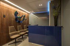 A clínica odontológica projetada por Andréa Buratto Arquitetura & Decoração recebeu revestimento em vidro e portas divisórias Cinex.  Foto: Daniel Mansur
