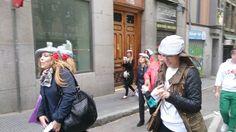 Las amigas de la novia buscan pistas por las calles de Madrid mientras participan de una divertida gymkana de Organizatudespedida especial para despedidas de soltera en Madrid