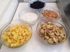 Kylling i karry med stegte bananer, peanuts, annanas, kokos og rosiner