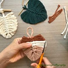 Macrame Wall Hanging Diy, Macrame Art, Macrame Projects, Diy Macrame Earrings, Macrame Plant Hangers, Macrame Knots, Diy Crafts For Home Decor, Diy Crafts Hacks, Diy Decorations For Your Room