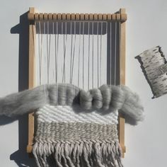 Woodhappen weaving Source by woodhappen Weaving Projects, Macrame Projects, Woven Wall Hanging, Hanging Tapestry, Tapestry Weaving, Loom Weaving, Hand Weaving, Art Textile, Weaving Techniques