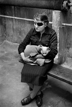 Cats in Photography: one-eyed woman with cat. Marc Riboud - France, Paris 1953 (change the angle -- use live model -- must keep the eyepatch, keep sex of model as is) Marc Riboud, Henri Cartier Bresson, Photo Vintage, Vintage Cat, Vintage Woman, Crazy Cat Lady, Crazy Cats, Vintage Photographs, Vintage Photos