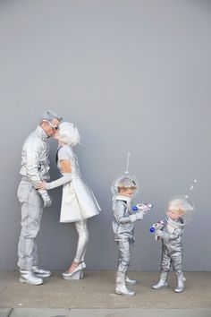 Family-futuristic-costume---Tell-love-and-Party Learn how to create these fun DIY space family costumes for Halloween. Clever Halloween Costumes, Witch Costumes, Creative Costumes, Carnival Costumes, Halloween Party, Alien Costumes, Robot Costume Diy, Diy Astronaut Costume, Diy Kids Costumes