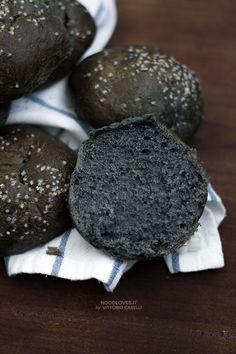 Brioche al carbone vegetale (della Befana) ...buona sia dolce che salata!  La ricetta su http://noodloves.it/brioche-al-carbone/  #Brioche #Carbone #CarboneVegetale #Befana #Epifania #Rustico #Dolce