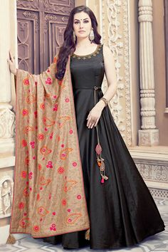 Buy Designer Indian Dresses Online USA from the Best Indian Dresses Collection – Anarkali gown, Anarkali Dresses, Indian Dresses online & much more. Visit Palkhi Fashion in Houston houses high-end clothing for women to wear at Indian weddings & parties. Gown Party Wear, Party Wear Indian Dresses, Indian Gowns Dresses, Indian Fashion Dresses, Dress Indian Style, Indian Designer Outfits, Pakistani Dresses, Indian Outfits, Indian Clothes