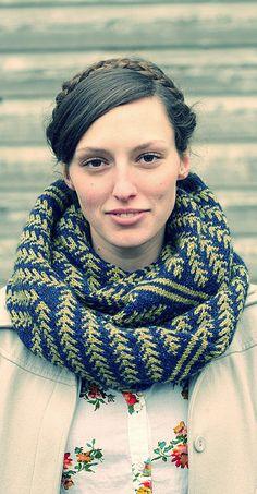 The Pine Bough Cowl knit in HiKoo Kenzie yarn looks so cozy in this soft, tweedy yarn. #freepattern #knitting