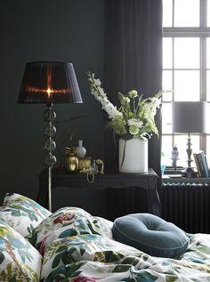 Som bäddat för drömsömn. Tropisk mönstermix och starka färger. Se upp för vajande bladverk och en och annan papegoja - en oemotståndlig säng att spendera helgen i. PARROT bäddset Percale   SAMMIE sammets gardin  ULRICEHAMN Guld stol  SJÖMARKEN Vas ANANAS Burk  SMYCKA Smyckesträd Table Lamp, Bedroom, House Styles, Interior, Home Decor, Table Lamps, Decoration Home, Indoor, Room Decor