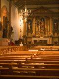 Man Kneels for a Late Afternoon Prayer at Mission San Buenaventura, California Lámina fotográfica por Michael S. Lewis