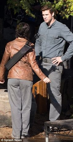 Jennifer & Liam on set of Mockingjay!whats with their shoes and panys and omgg they've sort of made it all weird...   :|