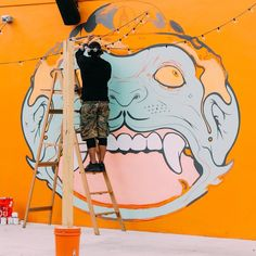 In Wynwood there are so many amazing murals... and almost daily there are new ones popping up at every corner.  Read the latest blog post on where to find the best street art in Miami!  #linkinbio  In Wynwood gibt's die geilste Street Art ever in Miami! Und es wird täglich mehr so wie hier! . .  Wo du alles findest steht im neuesten Blogpost auf thehappyjetlagger.com (Link im Profil)!  #artinprogress #miamistreetart
