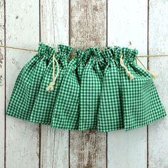 Set von sechs grün-weiß karierten Baumwollbeuteln im Landhaus-Look mit Zugband.