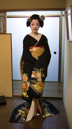 What I love most about this is the gold obi, it works very well with the designs on the kimono.