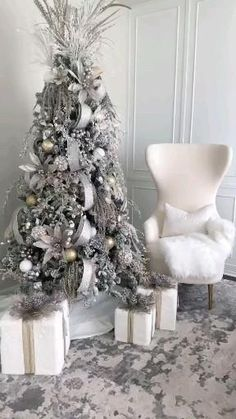Flocked Christmas Trees Decorated, Elegant Christmas Trees, Christmas Tree Design, Christmas Poinsettia, Christmas Tree Themes, Christmas Table Decorations, Noel Christmas, Christmas Ideas, Christmas Pictures