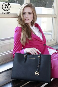 Black Michael Kors Handbag http://www.omoda.nl/dames/tassen/handtassen/michael-kors/zwarte-michael-kors-handtas-lg-ew-tote-41772.html