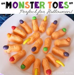 DIY Monster ToesMake Candy Monster Toes using Circus Peanuts and Runts Candy. For more DIY Halloween Food and Drinks go here. Find these DIY Monster Toes at The Craft Patch here. Halloween Treats For Kids, Spooky Treats, Halloween Goodies, Theme Halloween, Halloween Birthday, Holidays Halloween, Spooky Halloween, Halloween Crafts, Vintage Halloween