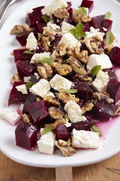 die Gemüse Expedition – es gibt Rote Bete-Walnuss-Salat mit Feta A slightly different salad – with walnut, feta and beetroot. So delicious! Different Salads, Shrimp Avocado Salad, Spinach Salad, Crab Salad, Feta Salat, Cooking Recipes, Healthy Recipes, Pizza Recipes, Healthy Drinks