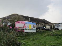 The Maker Project: Makes you feel at home. Zelte in allen Knallfarben und Größen stehen auf den Wiesen...