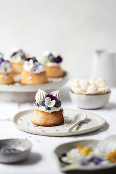 Curd, Blueberry and Almond Teacakes . lemon curd, blueberry and almond tea cakes . lemon curd, blueberry and almond tea cakes . Köstliche Desserts, Dessert Recipes, Superbowl Desserts, Cake Recipes, Pudding Desserts, Tea Recipes, Almond Tea, Almond Cakes, Cake Toppings