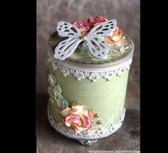 Recycled Tin Can Altered Shabby Chic Style Spool Crafts, Tin Can Crafts, Crafts To Make, Diy Crafts, Decoupage Vintage, Vintage Crafts, Manualidades Shabby Chic, Vintage Hat Boxes, Recycled Tin Cans
