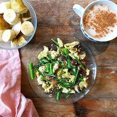 Idea de desayuno . Salteado de tofu, espárragos y setas, con cebollino y un poquito de cúrcuma. Plátano, pera y leche de almendras con canela. . 📚 Mi libro, 'A comer se aprende', en librerías de toda España y plataformas digitales. Info: alvarovargas.net/libros . #desayuno #desayunovegano #desayunosaludable #nutricion #alimentacionsaludable #breakfast #veganbreakfast