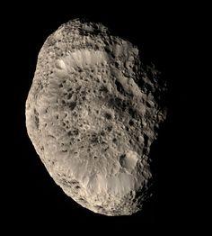 Los satélites del Sistema Solar: Hiperión, uno de los satélites de Saturno. Descubierto en 1848, Hiperión es fácilmente reconocible por su aspecto irregular y su rotación caótica. Fue el primer satélite no esférico (al no estar en equilibrio hidrostático) descubierto.