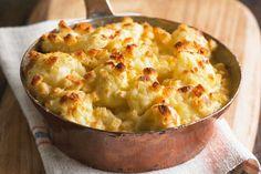 Vous cherchez un plat d'accompagnement végétarien consistant et savoureux? Ce gratin crémeux comblera vos convives! Enrobez des bouquets de chou-fleur de notre sauce au fromage facile à préparer, puis mettez le tout au four. Dans quelques minutes, vous vous régalerez!