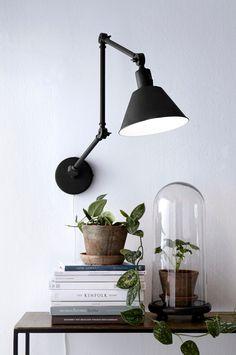 Ellos Home Vegglampe OXFORD i lakkert metall med arm som er leddet på 3 steder. Strømbryter på skjermen. Lengde arm 61,5-122,5 cm. Skjerm: Ø 20 cm, høyde 20 cm. E27. Max 40W. <br><br>