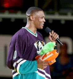 Russell Westbrook rocking a throwback Mighty Ducks jersey. Nba Fashion, Mens Fashion, Russell Westbrook, Second World, Ducks, Baseball Cards, Fitness, Sports, Moda Masculina