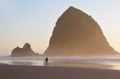 31 cant miss USA beaches.Haystack Rock stands in front of Cannon Beach and can also be seen from Tolovana Beach. Oregon Travel, Travel Usa, Crater Lake, Grand Tour, Rafting, Portland, Westerns, Cannon Beach Oregon, Road Trip Map
