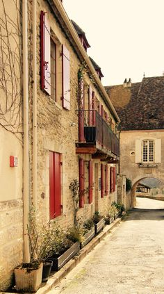 Red shutters and windows with a view: Limeuil. Perigord, Dordogne, France