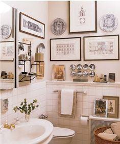 Quadri, foto e accessori: un bagno da vivere come una stanza privata.