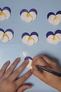 Beautiful Pansies made of Fimo. Very nice present for mothers day or birthdays. Mothers Day Presents, Pansies, Birthdays, Tutorials, Flowers, Beautiful, Fimo, Anniversaries, Birthday